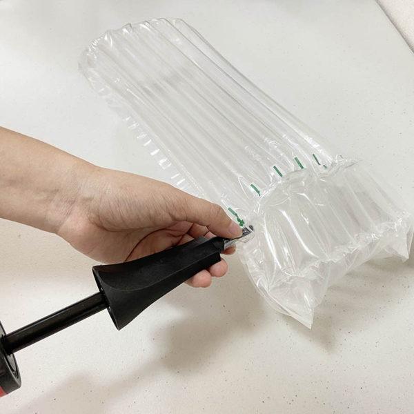 氣泡柱包括了氣柱捲材、氣柱袋,保氣度超久,保氣度期間約:18個月期間,勝於強力氣泡布。氣柱中的主體就是 氣柱條,每一個 氣柱條 在充滿氣體後就能貼身保護好產品的各種環境下的安全,連結起獨立的氣柱條,一個氣柱條破了,不影響其他住條是最佳的緩衝包材的包裝方法。可取代報紙、泡綿、傳統氣泡布等 包裝材料,提升產品形象。